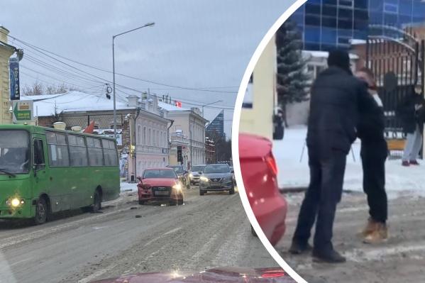 Водитель одной из попавших в ДТП машин сразу же после столкновения накинулся на другого