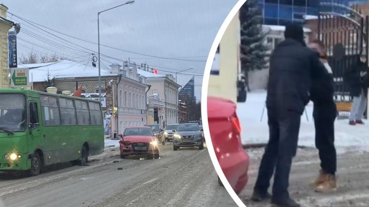 В центре Екатеринбурга двое водителей устроили драку посреди дороги