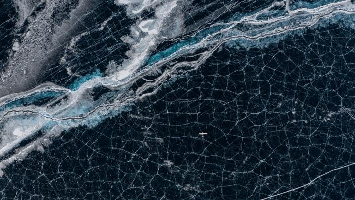 Сели на лёд: сибиряк снял с высоты 9 фантастических кадров зимнего Байкала