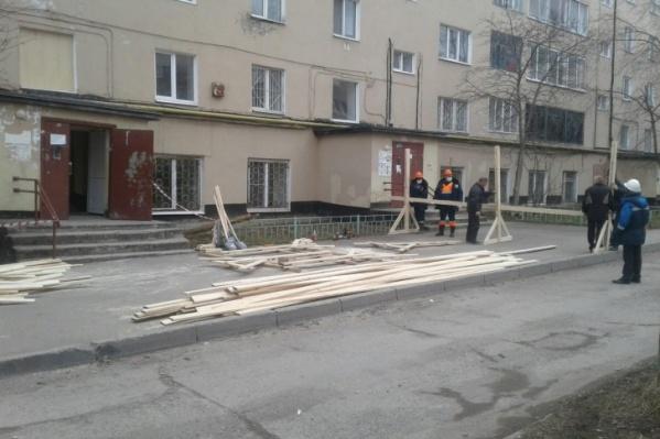 В доме продолжается ремонт поврежденных квартир