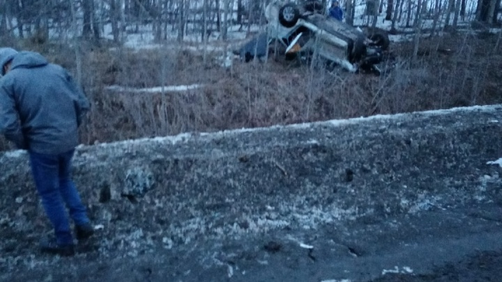На трассе Тюмень — Екатеринбург машина такси улетела в кювет и перевернулась