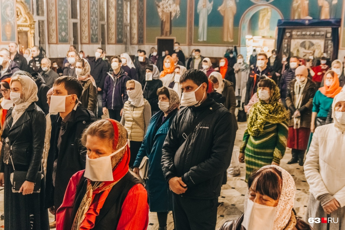 В Самаре Пасха-2020 отличается от прошлых тем, что на прихожанах появились защитные маски