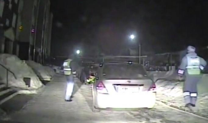 Подросток взял машину у отчима покатать друзей и попался навстречу инспекторам. Видео