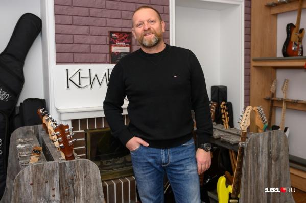 Олег Хмелевский занялся ручной сборкой электрогитар одним из первых в России