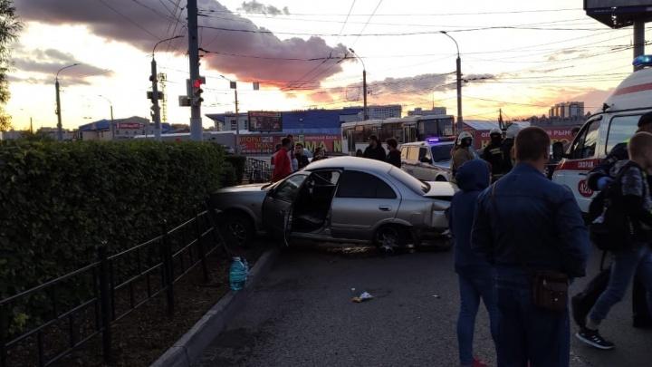 У китайской оптовки в Омске насмерть разбился водитель Nissan