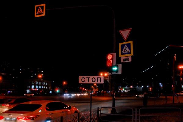 Вид с улицы Косарева на перекресток с Кашириных (со стороны Университетской Набережной): на светофоре здесь появилась дополнительная секция для поворота направо