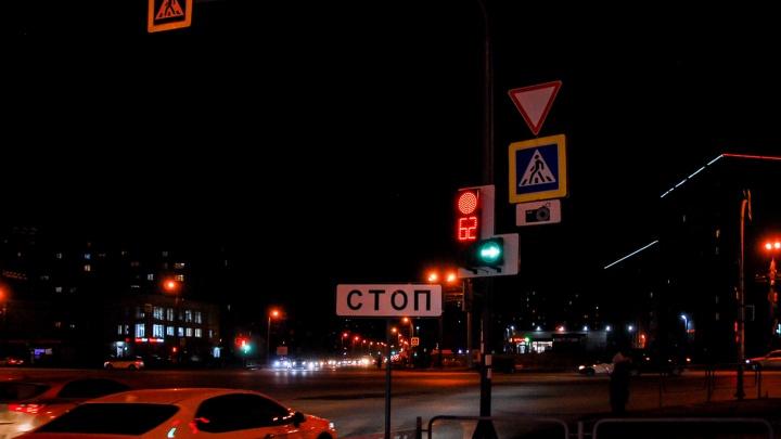 Забили стрелку: почему новый светофор превратил в кошмар перекресток Косарева и Кашириных