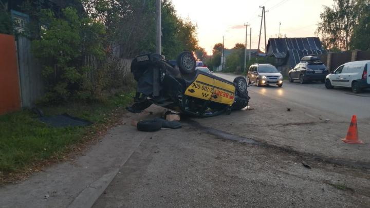Ночью в Перми перевернулся автомобиль такси: водитель погиб