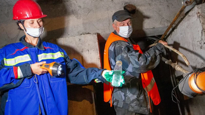 За кулисами опрессовки: как контролируют промывку труб в красноярских жилых домах