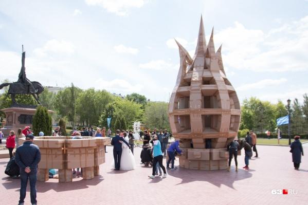 Маяк из картона, который на самарской набережной соорудил художник из Франции в 2018 году, стал одним из самых узнаваемых объектов «ВолгаФеста»