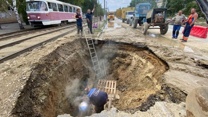 В Волгограде из-за трубы, затопившей дорогу и трамвайные пути, отключили воду в частном секторе