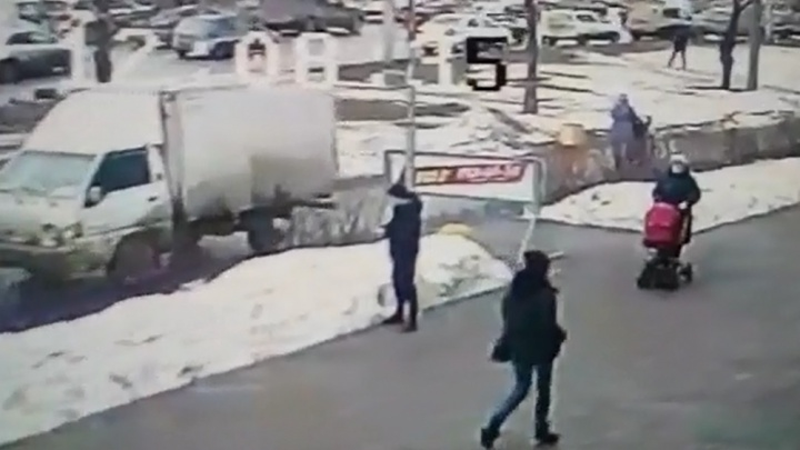 На Уралмаше грузовичок, разогнавшись задним ходом, наехал на женщину с коляской