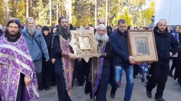 Как будто и не отлучали от церкви: скандальный экс-схимонах Сергий Романов устроил массовый крестный ход