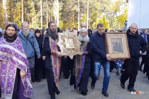 Скандальный клирик Сергий Романов, которому церковный суд запретил служить, продолжает устраивать крестные ходы