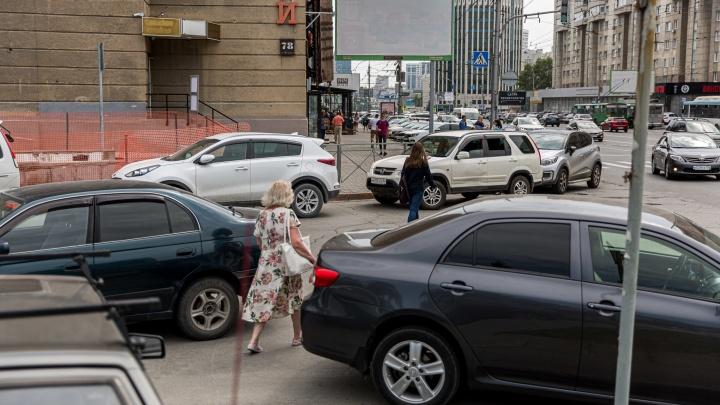 Опасный Красный: на главной улице расставили ловушки и «скотопрогоны», угрожающие жизни новосибирцев (показываем в гифках)