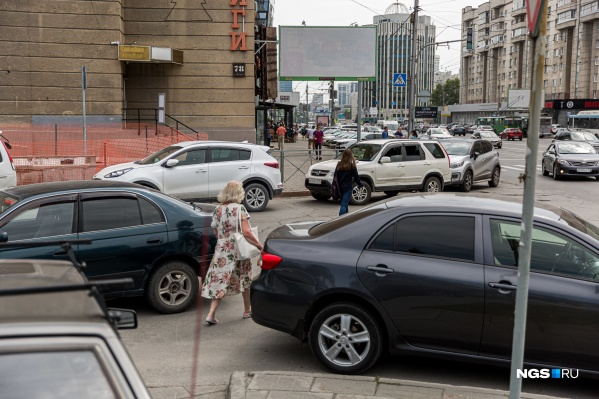 Установленные по ГОСТам ограждения и пропавшие привычные переходы вынуждают пешеходов нарушать правила