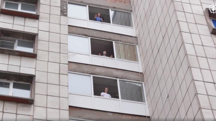Студенты, изолированные на карантин в общежитии ПГМУ, спели песню из окон и сняли клип