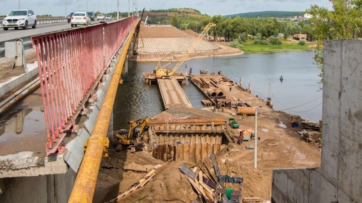 """«Цель — убрать """"бутылочное горлышко""""»: строители моста через Сок начали возводить опору в реке"""