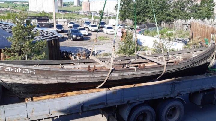 Сделанную по старинным образцам казачью лодку отправят в навигацию от Дивногорска в Красноярск
