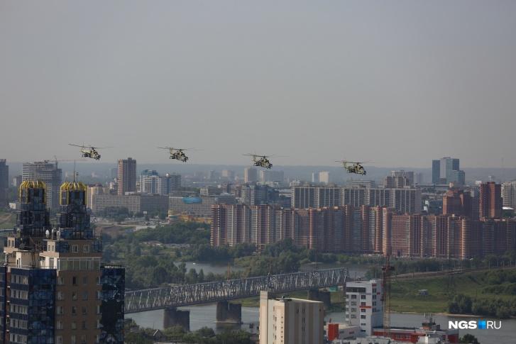 У парада была и воздушная часть: над площадью пролетели транспортные штурмовые вертолеты Ми-8, которые также называют «терминаторы», а следом пронеслись истребители-перехватчики МиГ-31