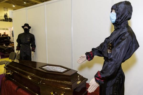 Такие гробы использовались и раньше, когда хоронили умерших с опасными для окружающих заболеваниями