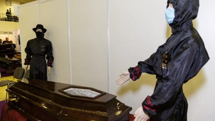 «Родственники хотят видеть умершего»: в Новосибирске из-за коронавируса стали заказывать гробы с окошком