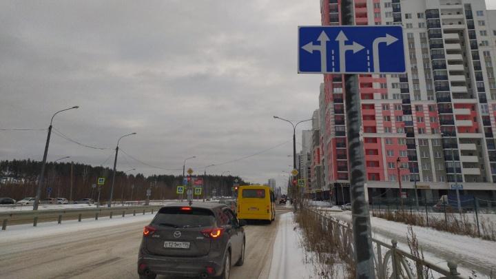 На загруженном перекрестке в Академическом водителям разрешили поворачивать направо с двух полос