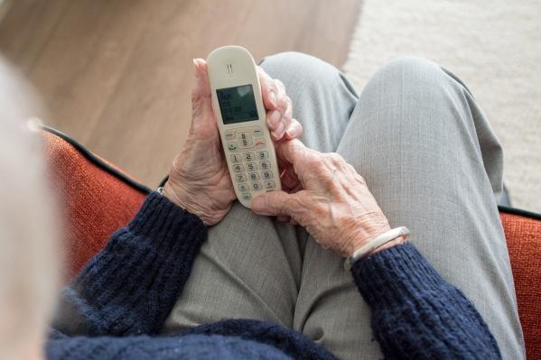 Пожилые люди всё ещё активно пользуются стационарным аппаратами