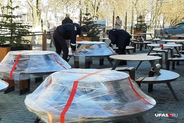 Сотрудники заведения «опечатывают» столики на улице