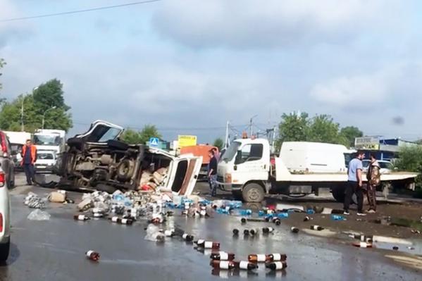 Бутылки с пивом рассыпались по дороге