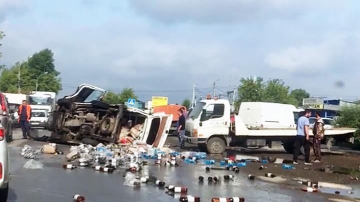 В Кировском районе опрокинулся грузовик с пивом — бутылки высыпались на проезжую часть