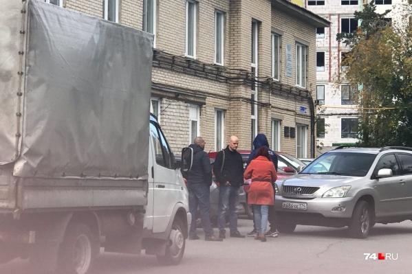 За телом Максима Марцинкевича приехали сегодня его отец, адвокат и женщина на машине с екатеринбургскими номерами