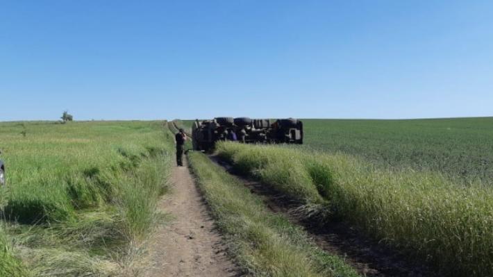 Волгоградец ранен в перевернувшемся КАМАЗе на сельской дороге
