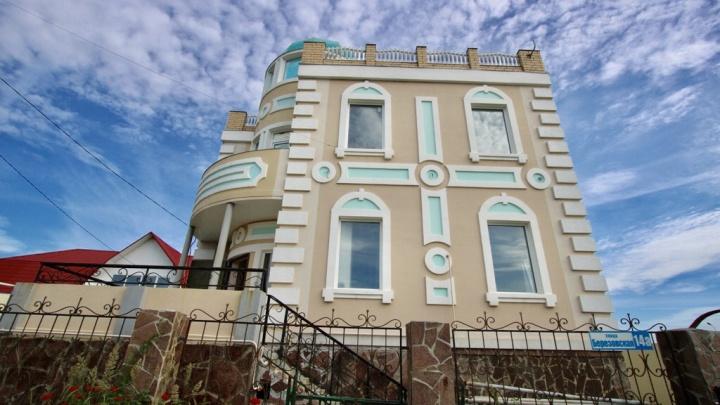 Подешевел на миллион: под Екатеринбургом выставили на продажу коттедж, похожий на замок