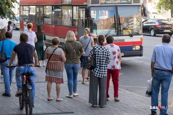 По словам чиновников, в час пик на ростовских остановках слишком много людей