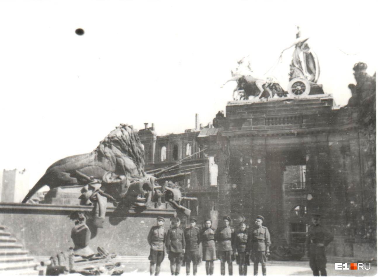 Лев — символ побед Германии — и советские солдаты<br>