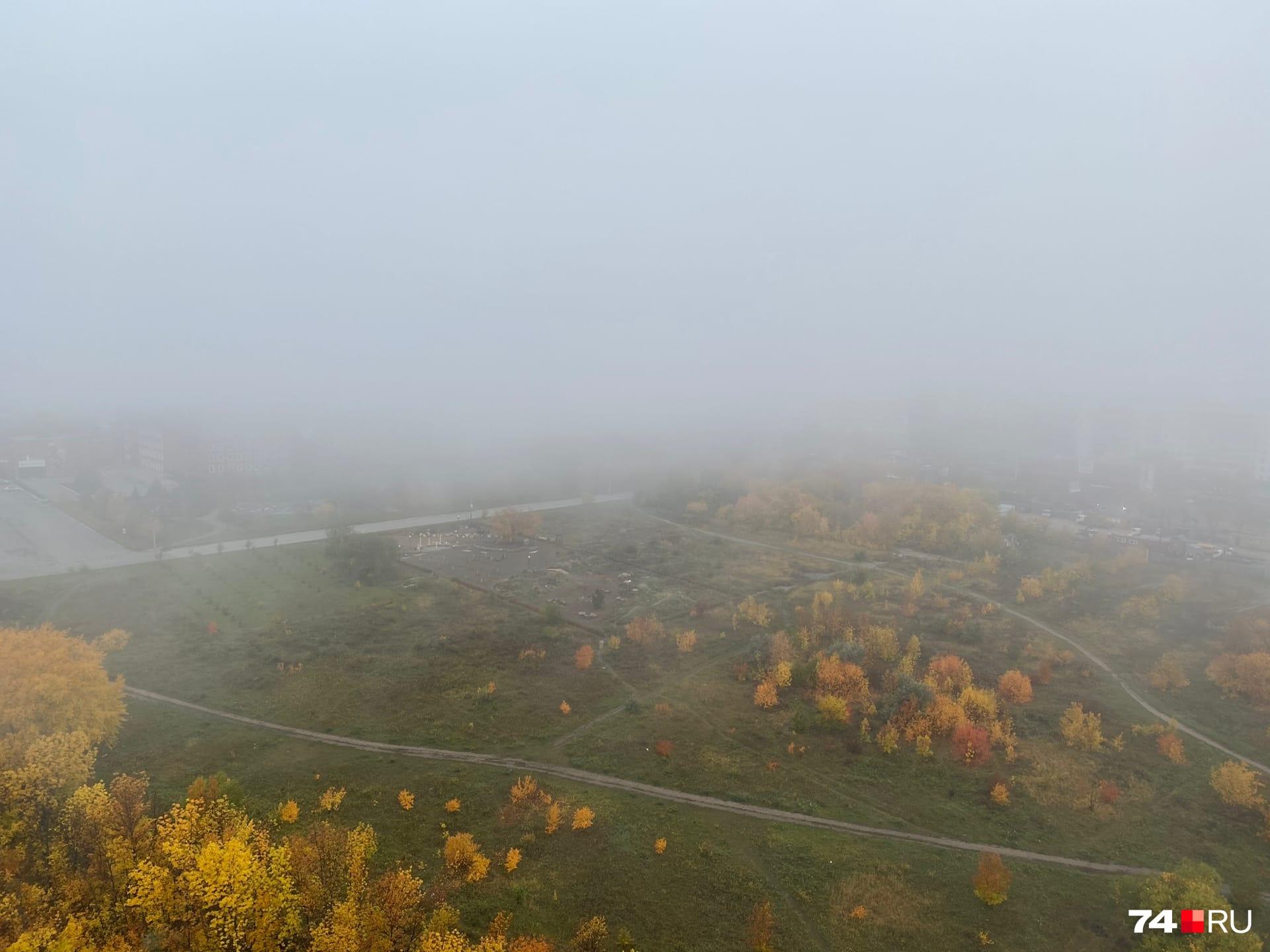 А посреди этого пейзажа, прямо в центре тумана, спрятался главный корпус ЧелГУ и дома Северо-Запада