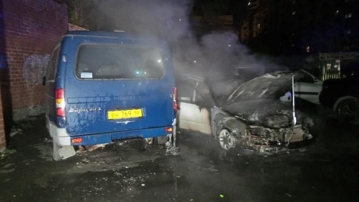 В центре Екатеринбурга во дворе сгорела Honda и пострадал стоявший рядом «Баргузин»