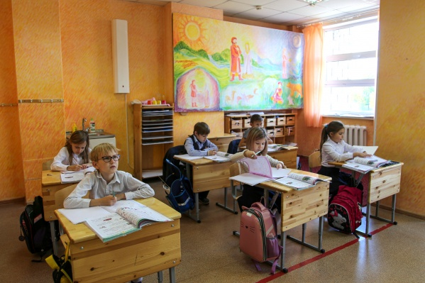 Ученики в частной школе изучают не только общеобразовательные предметы, но также занимаются музыкой, танцами, развиваются в творческих направлениях