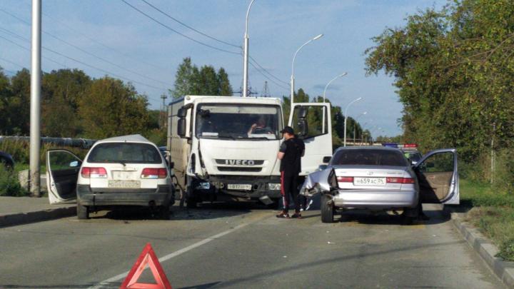 В Кольцово столкнулись грузовик и две «Тойоты» — пожилые мужчина и женщина экстренно госпитализированы