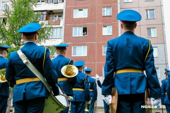 9 мая оркестр пришел во двор к ветеранам. Завтра это тоже есть в программе, следите за новостями на нашем сайте