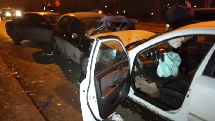 Пострадавших зажало: в Екатеринбурге на Блюхеровском мосту массовое ДТП