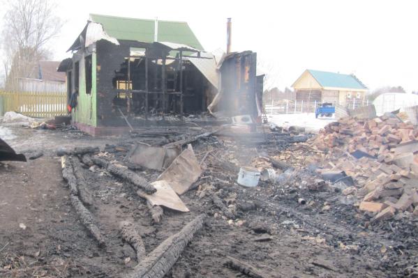 Пожар начался со старой избы, которая стояла в 4 метрах, а затем пламя перекинулось и на основной дом