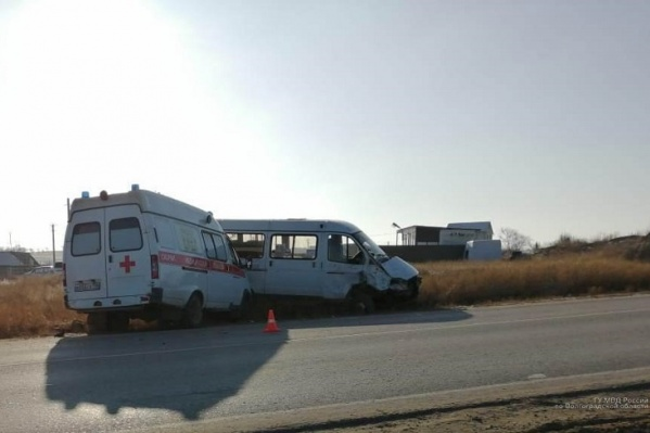 В больнице оказались бригада скорой и пассажир маршрутки