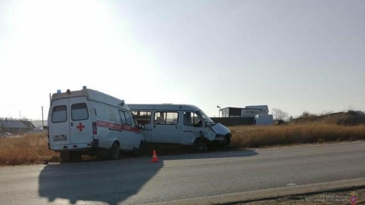 В Волгоградской области маршрутное такси протаранило карету скорой помощи