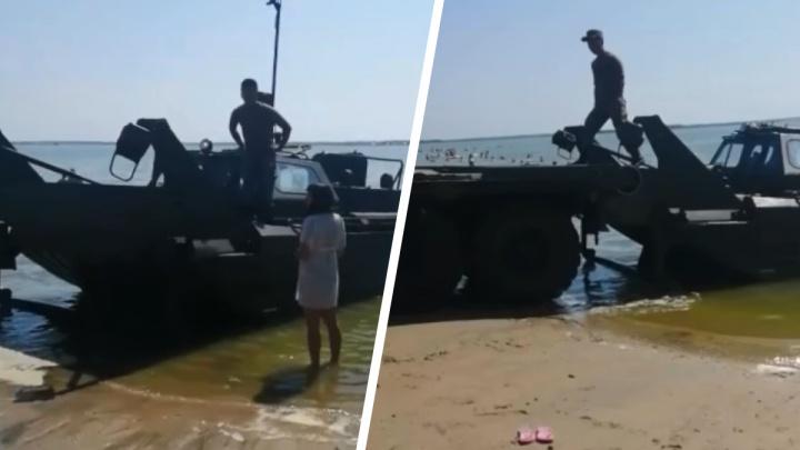 Военная техника на «диком» пляже Тюмени всполошила отдыхающих. Что случилось?