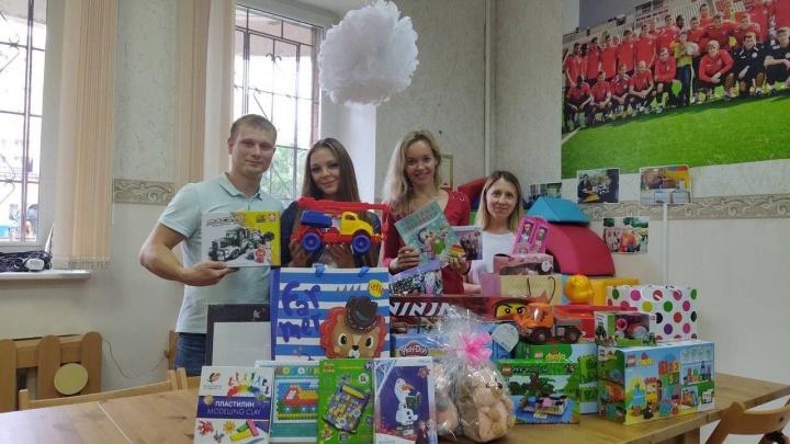 """«Всё принесли в """"Дедморозим""""»: пермские молодожены попросили друзей дарить им на свадьбу не цветы, а игрушки"""