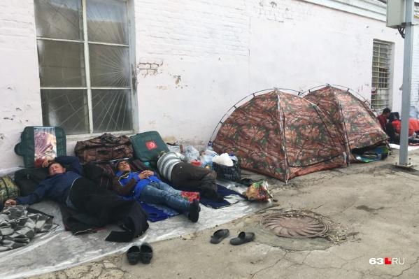 Некоторые мигранты разбивали лагерь прямо на ж/д вокзале в Кинеле