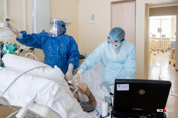 Пациентов с тяжелой формой коронавируса лечат в стационарах
