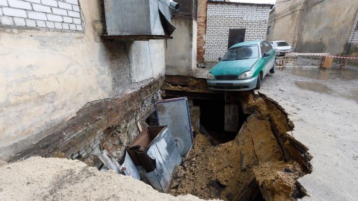 «Аж дом затрясся»: в Волгограде машина едва не ушла в огромный провал